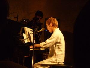 タテタカコさん。小さい身体で力強い歌と演奏。